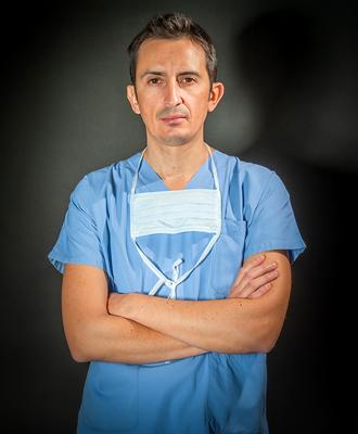 Il Dott. Alessio Biazzo è un medico chirurgo specializzato in ortopedia e traumatologia che si occupa di protesi mininvasiva del ginocchio e dell'anca.